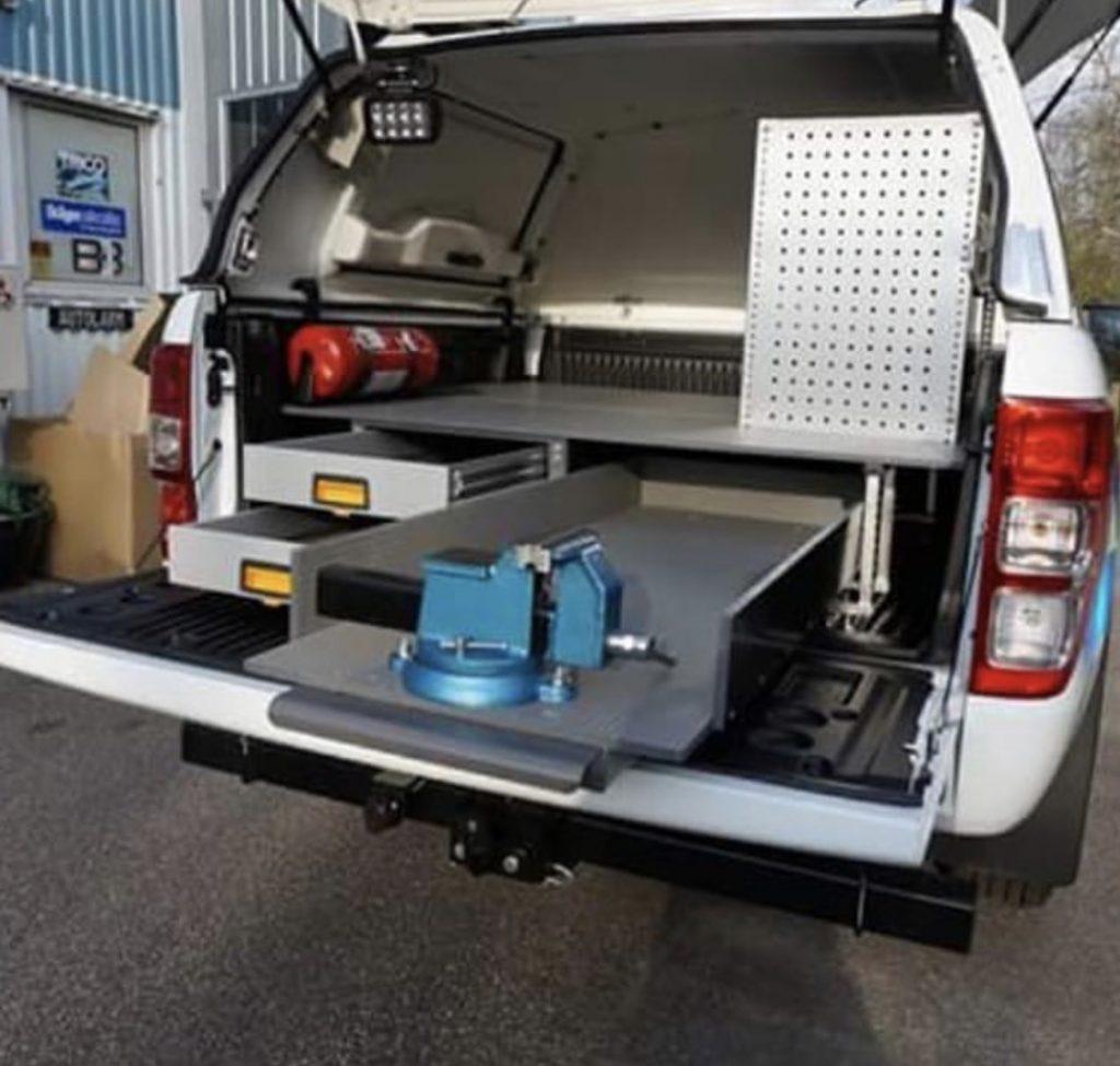 Vit pick-up utrustad med bilinredning 3