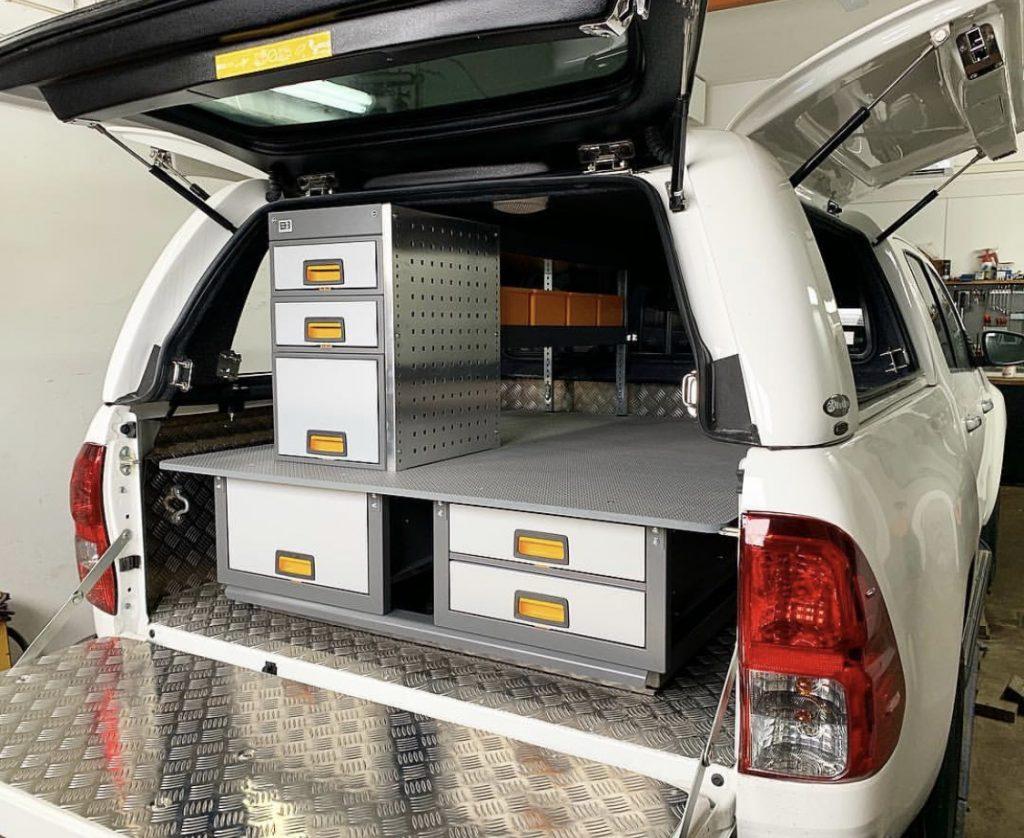 Vit pick-up utrustad med bilinredning 2